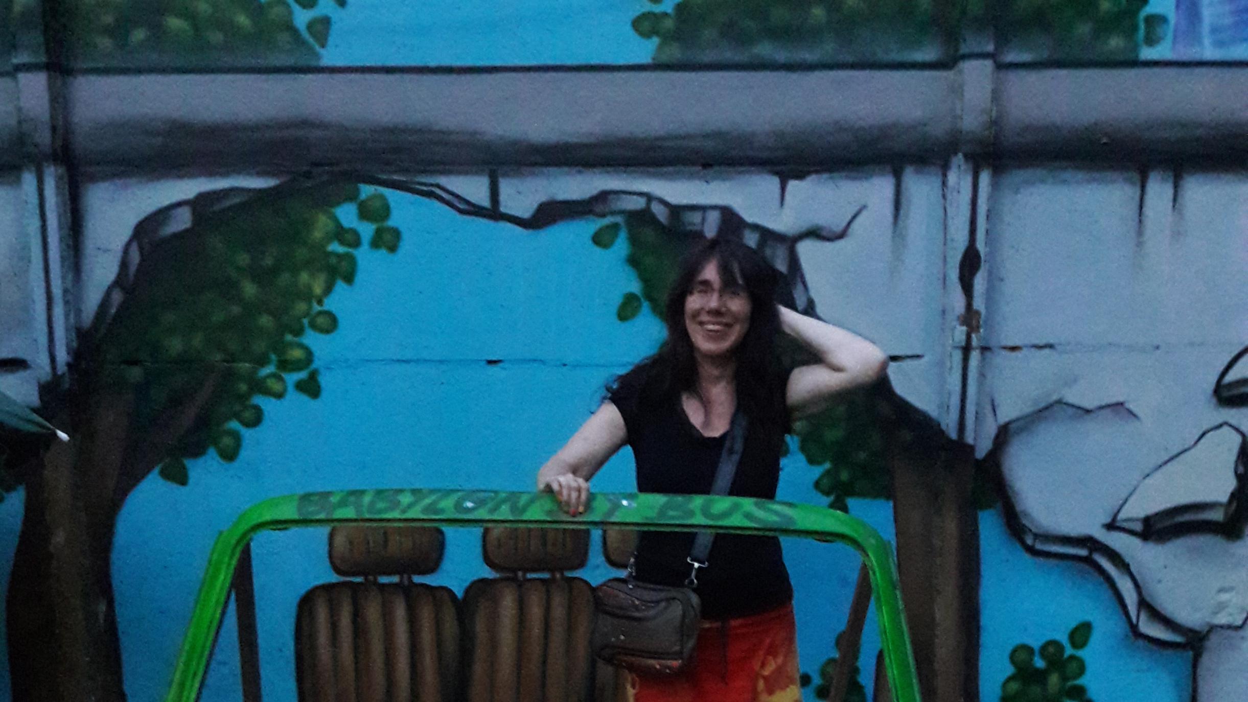 Die Mauer ist nur noch eine gemalte Erinnerung am Yaam (Young African Art Market) mitten in Berlin, Copyright: Cornelia Saxe