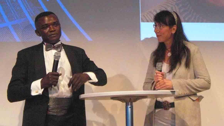 """Nach einem Afro-Gospelkonzert des Berliner Choras """"Bona Deus"""" – Bühnen-Gespräch mit dem Gründer Danny Wazolua, Copyright: Cornelia Saxe"""
