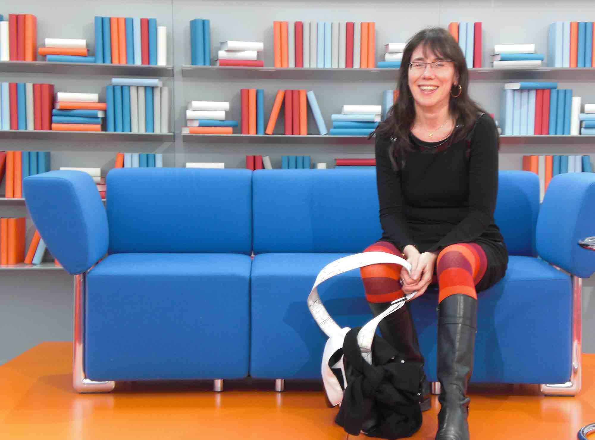 Einfach mal so Platz genommen: Cornelia Saxe auf dem Blauen Sofa der Leipziger Buchmesse (Copyright: Bernd Alvermann)