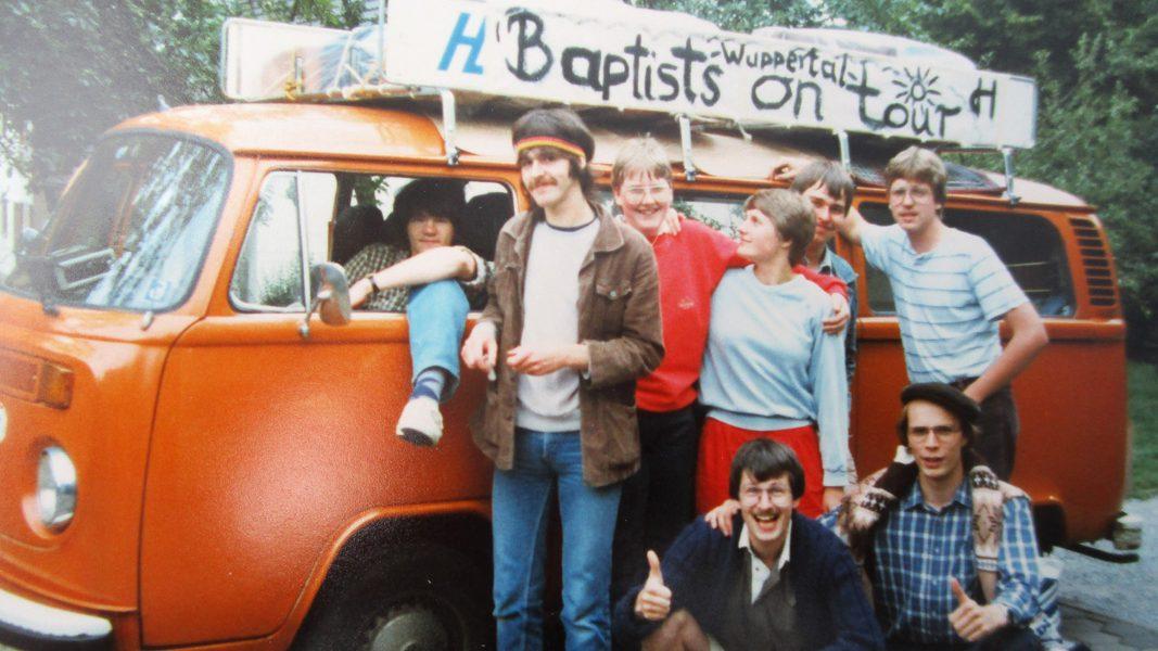Mit diesem orangen Bulli fuhr die Wuppertaler Jugendgruppe 1984 an den Balaton. (Copyright: Max Dienel)