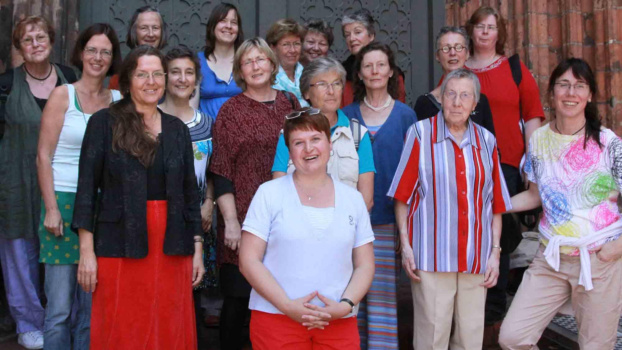 Frauengruppe vor dem Brandenburger Dom, Copyright: Heike Schulze