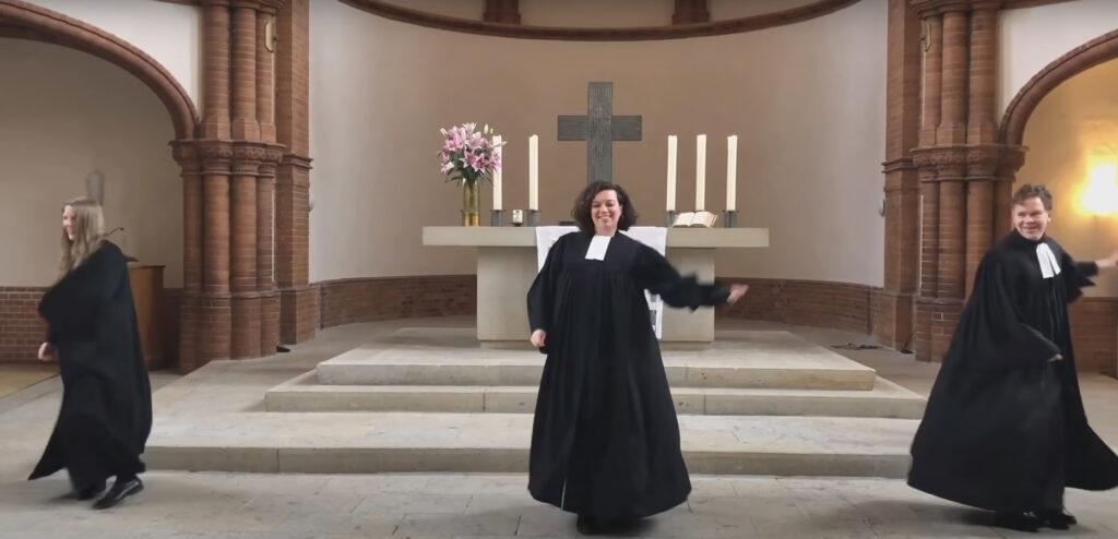Jasmin El-Manhy beim Abschiedsgottesdienst in der Gethsemane-Kirche mit ihren Kollegen Almut Bellmann und Tobias Kuske (Copyright: Youtube)