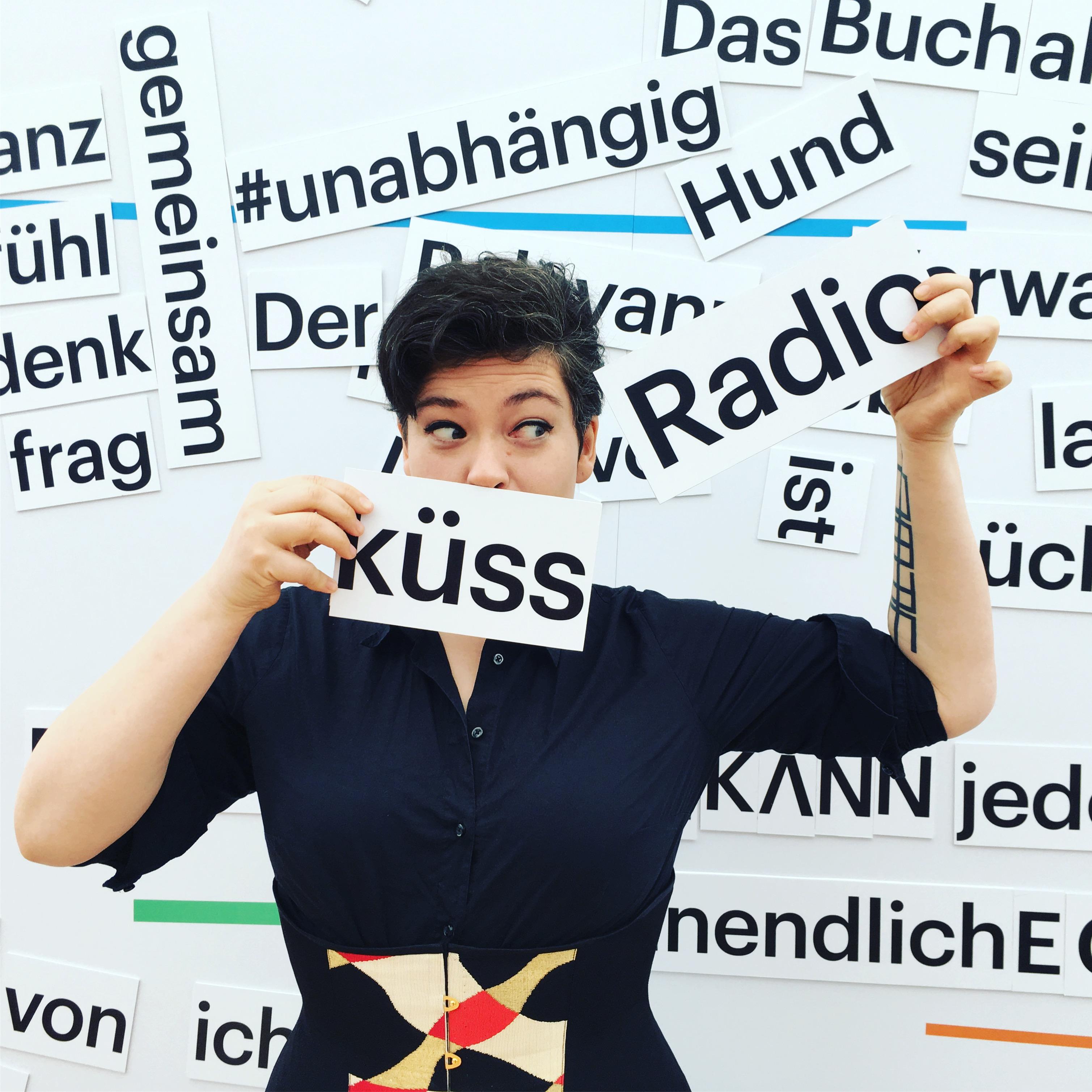 Die Schriftstellerin Nora Gomringer am Messe-Stand von Deutschlandradio