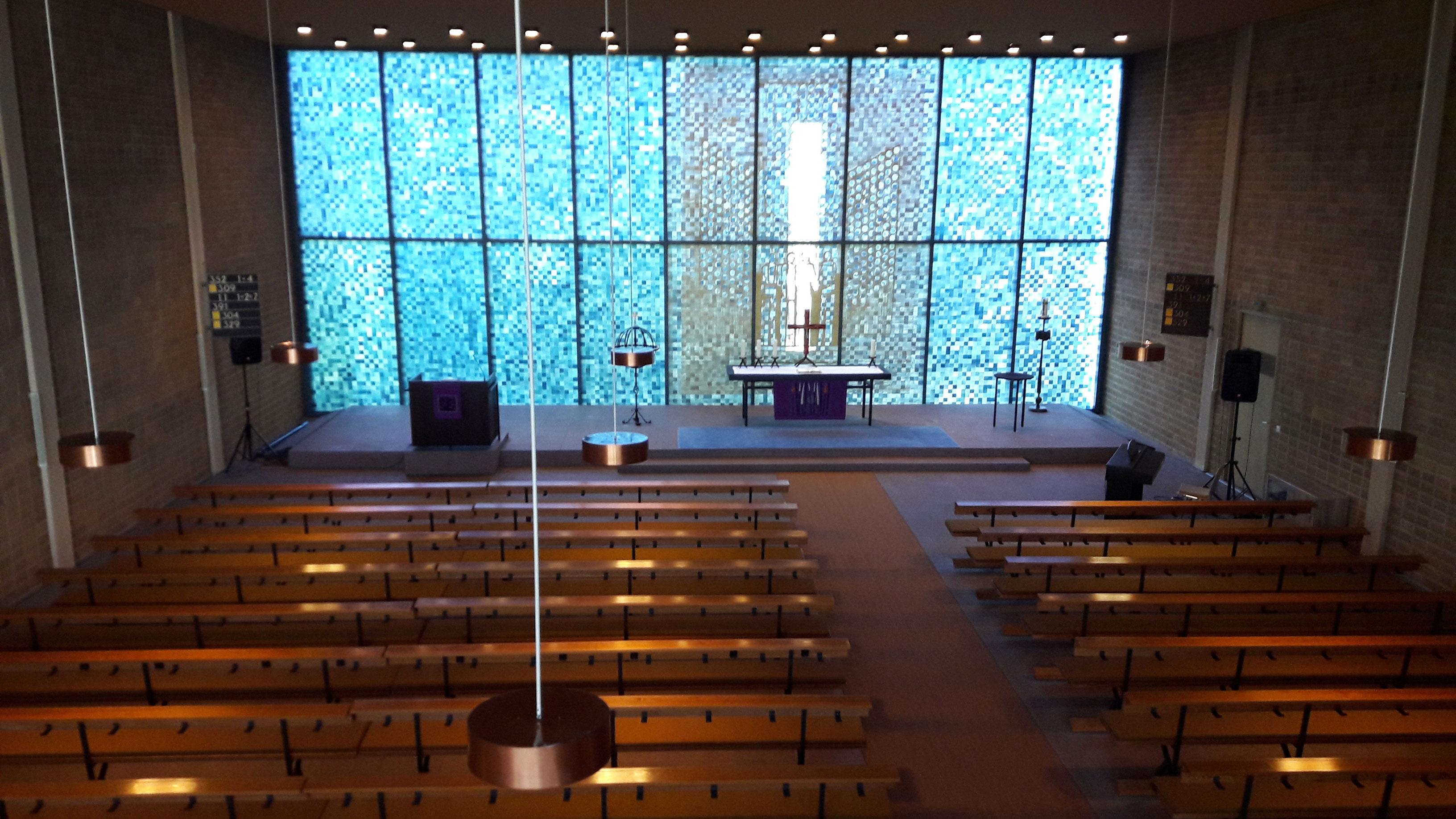 Schlichte Bänke und Lampen - Blick in den Gemeindesaal der Martinus-Kirche in Berlin-Tegel, Copyright: Cornelia Saxe